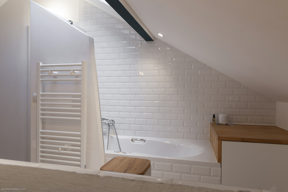 Baignoire amenagement comble ivry ma ma architectes for Amenagement salle de bain 5m2
